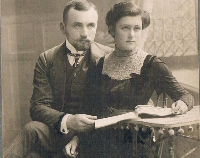 Starosta dobromilski, wieloletni poseł na Sejm RP Jakub Pawłowski i jego żona Maria z Osuchowskich. Ze zb. córki, Zofii z Pawłowskich Budziszewskiej z Nowego Sącza.