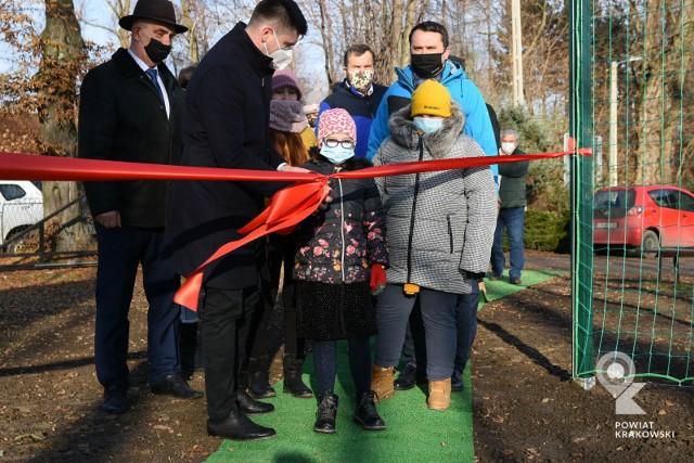 """W otwarciu boiska w placówce opiekuńczej """"Spokojna Przystań"""" brali udział przedstawiciele samorządów oraz dzieci"""