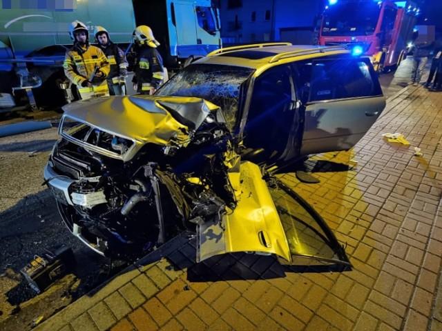 Poważny wypadek w Grodzisku. Samochód osobowy zderzył się z cysterną.Przejdź do kolejnego zdjęcia --->