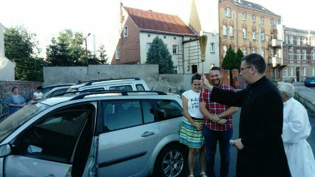 Po wieczornej mszy przy kościele św. Michała ks. Waldemar Kostrzewski święcił każdy pojazd, którego właściciel wyraził zainteresowanie. Zdjęcia ze święcenia w 2018 roku.