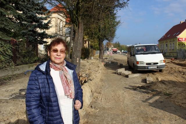 Maria Matuszewska podobnie jak wielu innych mieszkańców ulicy nie może doczekać się przede wszystkim chodnika.