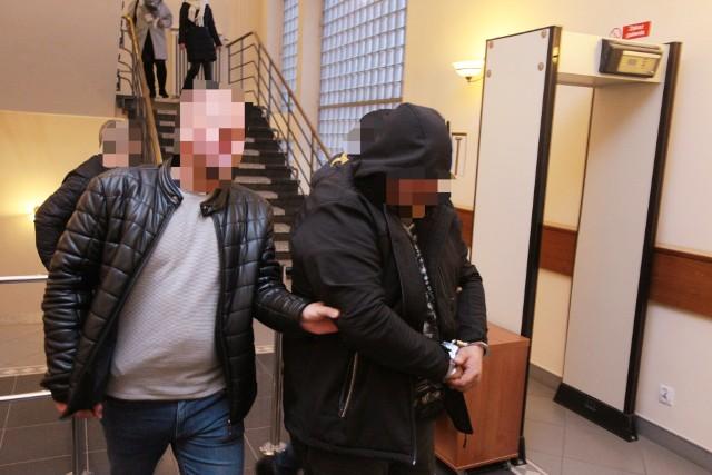 Do Sądu Rejonowego w Słupsku w poniedziałek dotarły wnioski o aresztowanie czterech mężczyzn. Tomasz N. (na zdjęciu) opuścił sąd w kajdankach