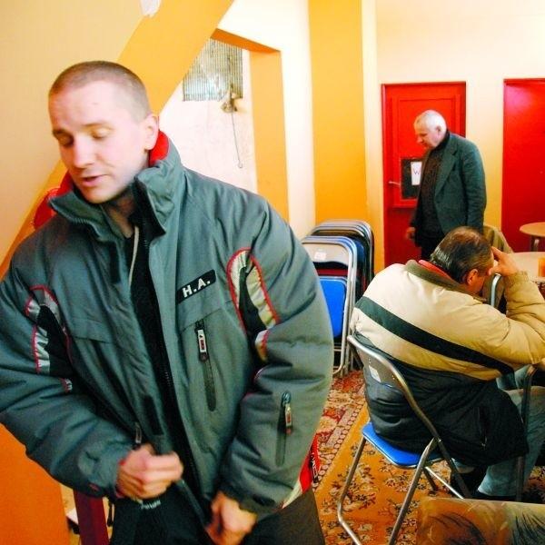 - To miejsce dla bezdomnych jest jak dom - tłumaczy Tomasz Kruszewski (z lewej), pracownik ogrzewalni