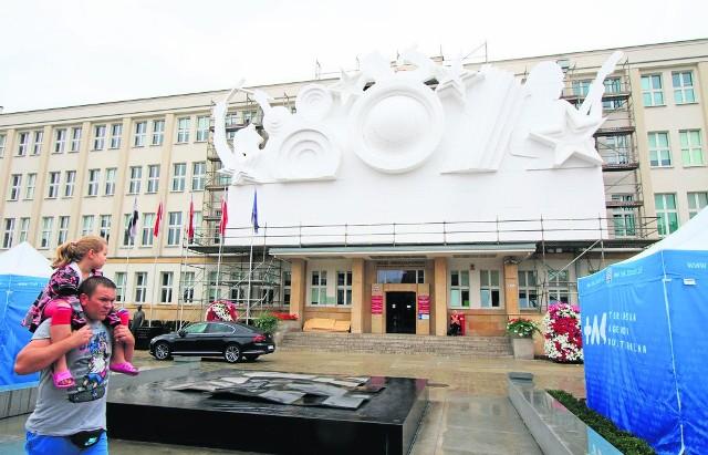 Fasada urzędu marszałkowskiego. Po zmroku zobaczymy tutaj ogromne, kolorowe radio. Dokładna lista festiwalowych atrakcji jest dostępna na stronie www.bellaskyway.pl