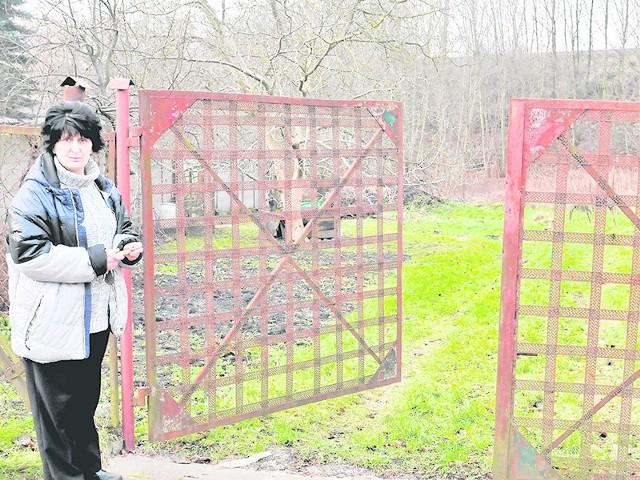 Drogą za tą bramą pani Krystyna i jej rodzice przez dziesięciolecia dojeżdżali do domu. Ratusz nie chce jej sprzedać tego gruntu.