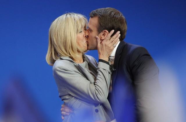 Miłość Brigitte i Emmanuela narodziła się w miasteczku Amiens. Ona była wtedy nauczycielką, on zaś jej uczniem. Romans skutecznie ukrywali przed otoczeniem