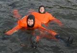Paranienormalni nad Jeziorem Sławskim. Wskoczyli do zimnej wody dla Weroniki (zdjęcia)