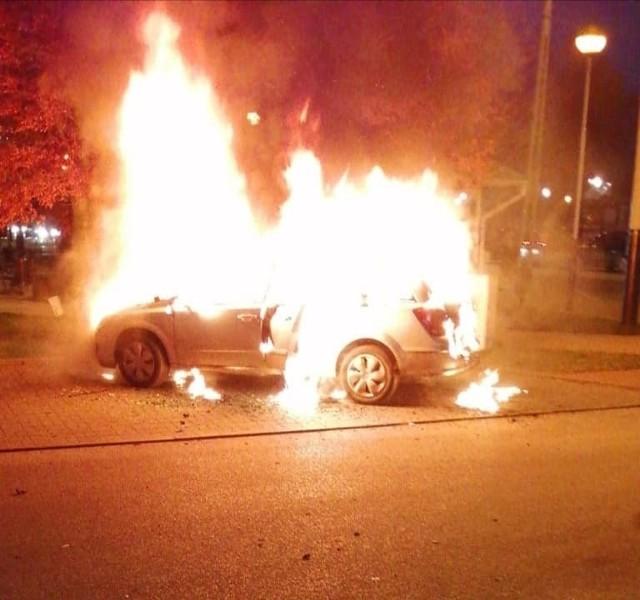 Samochód osobowy stanął w ogniu. Kierująca nim kobieta w ostatniej chwili zdołała wyciągnąć dziecko z płonąca auta. Czytaj dalej na kolejnym slajdzie...