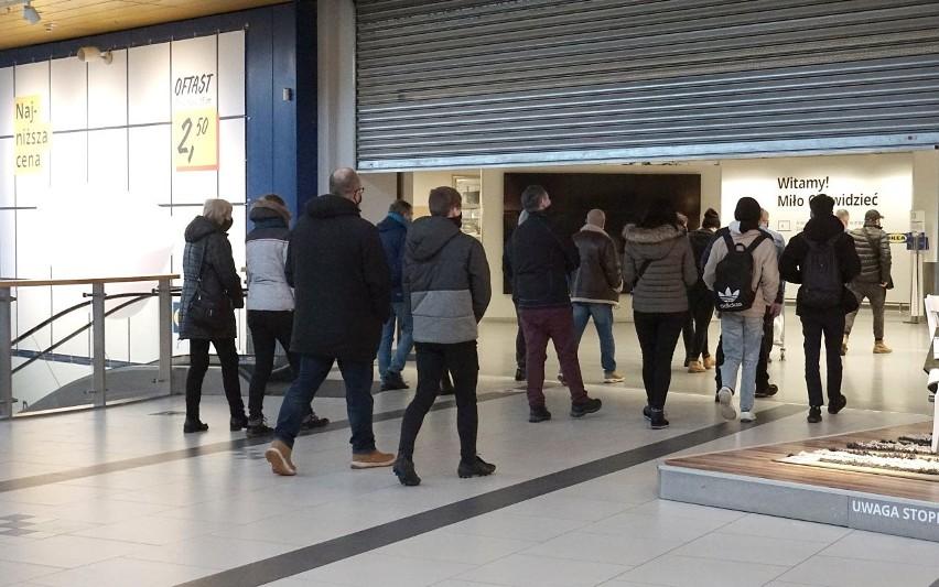Na otwarcie IKEI czekało w sobotę rano kilkudziesięciu...