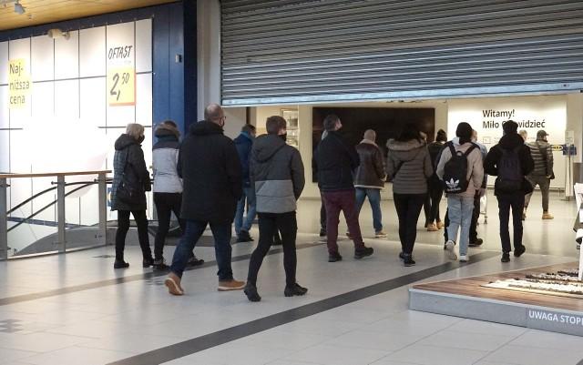 Na otwarcie IKEI czekało w sobotę rano kilkudziesięciu klientów.