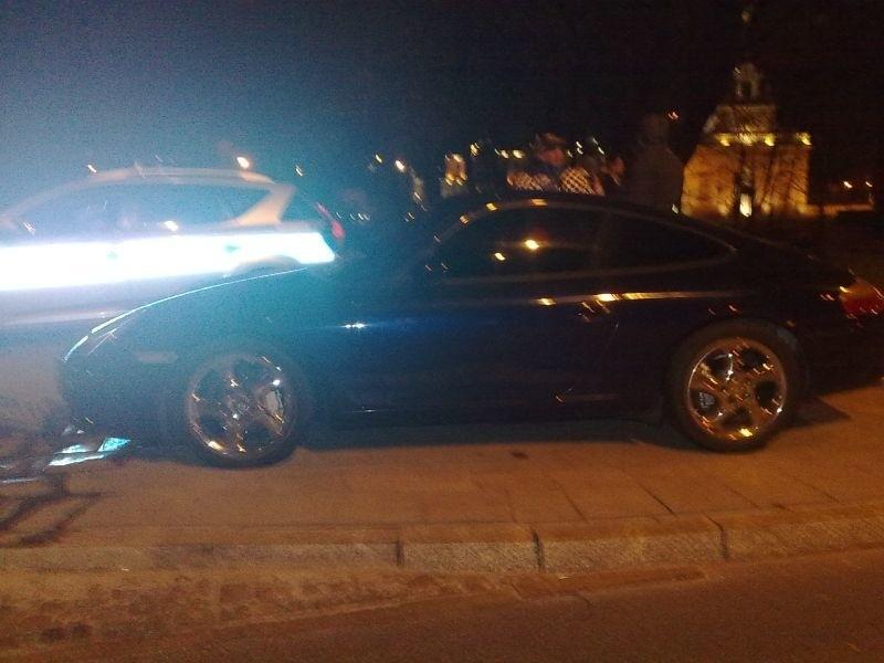 Branickiego: Porsche carrera rozbiło się przy Hotelu Gołębiewski (zdjęcia)