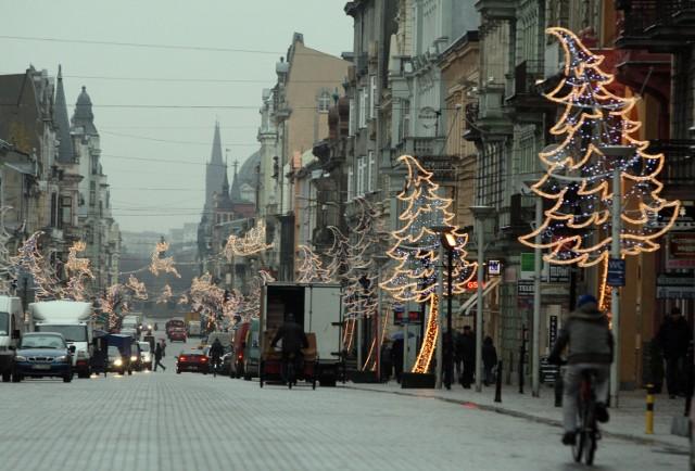 W piątek świąteczna iluminacja Piotrkowskiej świeciła w dzień.