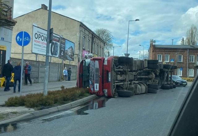 Ciężarówka przewróciła się na Rondzie EdwardsaZobacz kolejne zdjęcia. Przesuwaj zdjęcia w prawo - naciśnij strzałkę lub przycisk NASTĘPNE