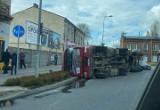 Częstochowa. Ciężarówka przewróciła się na Rondzie Edwardsa. Kierowca prawdopodobnie zostanie ukarany za złe zabezpieczenie ładunku