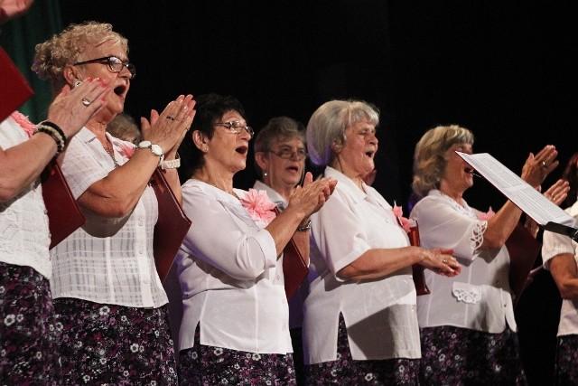 Koncert chórów otworzył Więcborską Scenę Letnią w Więcborku. Odbył się pod dachem, ale to nie zaszkodziło.