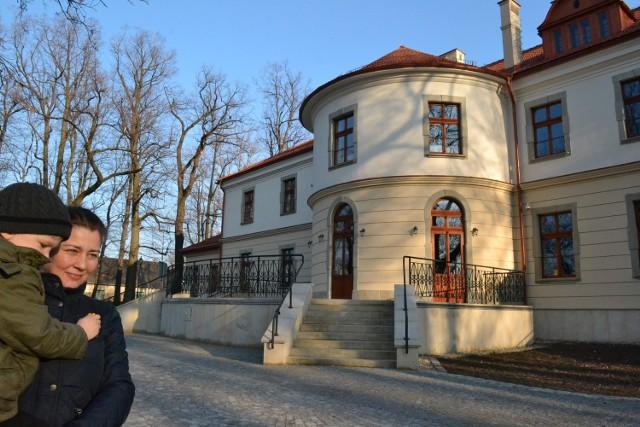Annie Lorek z Kóz bardzo podoba się odnowiony pałac Czeczów. - Wygląda prześlicznie - mówi mieszkanka podbielskiej gminy