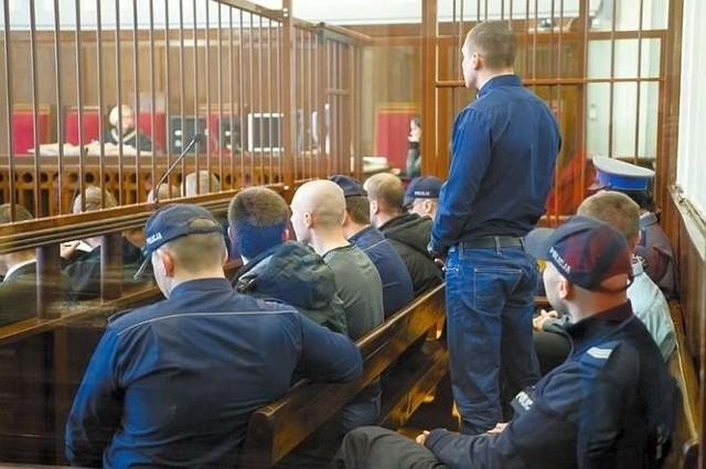 Pięciu oskarżonych na rozprawę doprowadzono z aresztu. Jeden odpowiada z wolnej stopy
