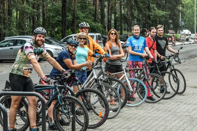 """Na rowerach ruszyli trasami subiektywnego przewodnika bydgoszczanki """"Za winklem, po schódkach"""" - zdjęcia."""