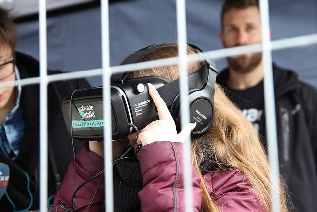 W niedzielę 13 marca, przechodnie będą mogli przenieść się  na fermę i osobiście doświadczyć życia polskich kur dzięki specjalnym  okularom Virtual Reality