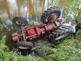 Gmina Ciepielów. Wypadek z udziałem ciągnika rolniczego. Pojazd wylądował w rzece