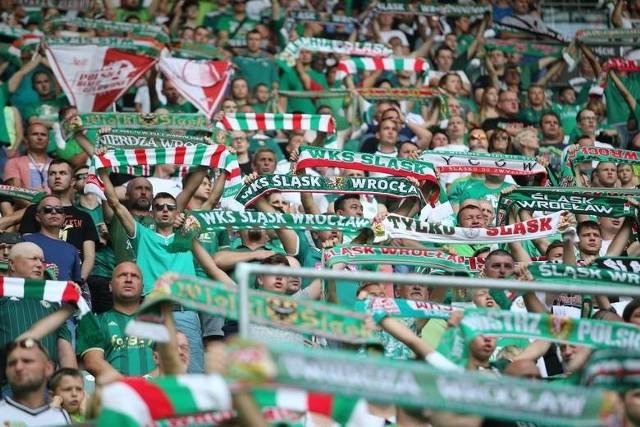 16 687 - tylu kibiców średnio przychodziło jesienią na mecze Śląska Wrocław. To wyliczenia portalu WP Sportowe Fakty, który nie wziął pod uwagę rozegranego przy pustych trybunach spotkania z Lechem Poznań. Ten wynik daje wrocławskim fanom drugie miejsce w lidze. Chętniej oglądano ekstraklasę tylko w Warszawie. Oznacza to, że w rundzie jesiennej sezonu 2019/20 na Stadionie Wrocław zasiadło ponad 150 tys. widzów! Najwięcej fanów oglądało pojedynek z Legią, najmniej - z Wisłą Płock. Sprawdź, jaka była frekwencja na poszczególnych meczach i ZNAJDŹ SIĘ NA ZDJĘCIACH w naszej wielkiej galerii KIBICÓW ŚLĄSKA WROCŁAW - JESIEŃ 2019.WAŻNE!!! Do kolejnych zdjęć możesz przejść za pomocą gestów lub strzałek.Autorami wszystkich fotografii są Paweł Relikowski i Tomasz Hołod (Gazeta Wrocławska). Wszelkie prawa zastrzeżone.1.09.2019 Śląsk - Pogoń Szczecin 1:1; 24 968 widzów