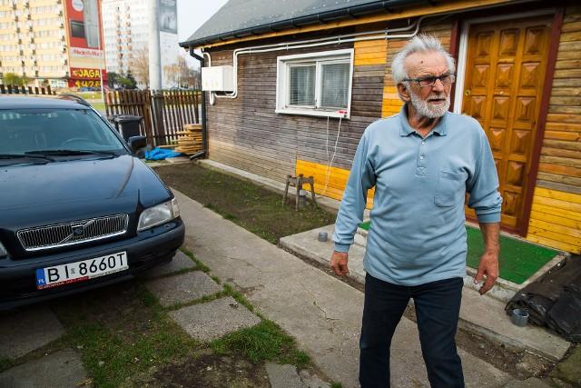 Romuald Knajdek, któremu latem drzewo zniszczyło dom i samochód mówi, że na chwilę opuściło go szczęście. Skradziono mu auto, które dostał dzięki dobrym ludziom