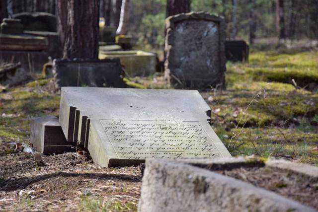 Takich miejsc jak to w woj. lubuskim jest jeszcze wiele. Na ten dawny niemiecki cmentarz ewangelicki natknęliśmy się przez przypadek podczas jednej z wycieczek po naszym pięknym regionie.Jak zauważyliśmy, od czasu do czasu ktoś odwiedza to miejsce i zapala na grobach, a raczej na to, co po nich zostało, znicze. Poza tym niewiele na temat tej nekropolii wiadomo. Jeśli macie jakieś informacje o tym miejscu, podzielcie się nimi. Czekamy na wasze maile pod adresem: pwanczko@gazetalubuska.plZobacz też: Tajemnice hitlerowskiej fabryki amunicji D.A.G Alfred Nobel w Nowogrodzie Bobrzańskim (Krzystkowice)