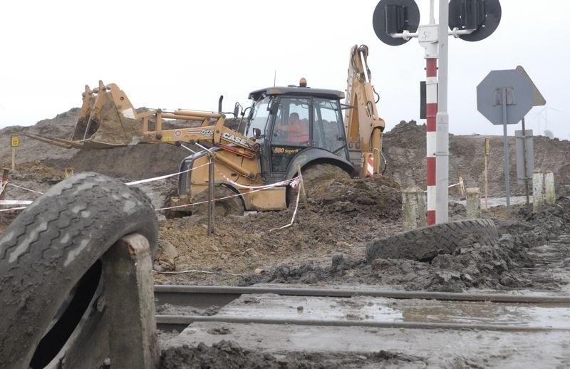 Praca przy budowie obwodnicy Słupska tuż przy przejeździe kolejowym na drodze Bolesławice - Widzino.