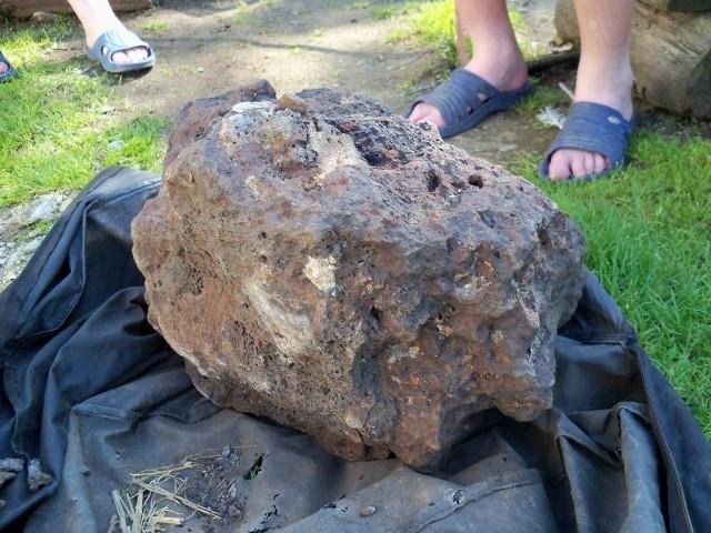 Znalezisko to prawdopodobnie odlew żelaza z prymitywnego pieca do wytopu rudy.