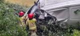 Głęboki Rów: Wypadek. Czołowe zderzenie busa z ciężarówką. Strażacy wycinali rannego kierowcę (zdjęcia)