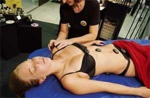 Ostatnio w wielu gabinetach wykonywane są masaże z wykorzystaniem ciepłych kamieni.