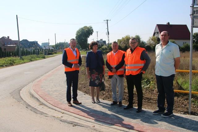 Mieszkańcy gminy Sobków mogą się cieszyć z nowych dróg. Powstało ponad 700 metrów chodnika.