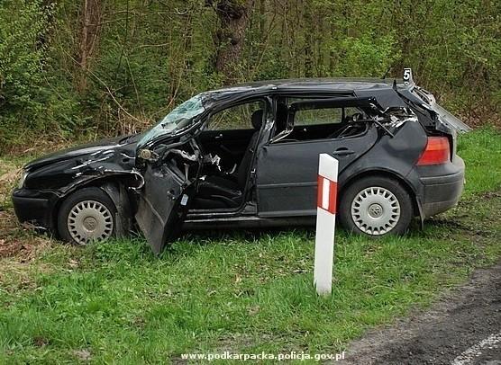 Volkswagen, w który uderzyła naczepa ciężarówki.