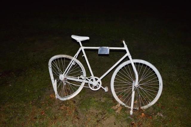 W takim stanie biały rower wrócił na swoje miejsce.