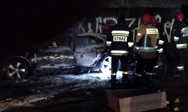 Głośny huk zbudził mieszkańców ul. Mazurskiej w nocy z piątku na sobotę. Zaparkowany na wysokości numeru 50 samochód osobowy zamienił się w pochodnię!ZOBACZ ZDJĘCIA, CZYTAJ WIĘCEJ, KLIKNIJ DALEJ