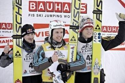 Podium niedzielnego konkursu, od lewej: Adam Małysz, zwycięski Szwajcar Simon Ammann i Austriak Thomas Morgenstern Fot. PAP/EPA/Markku Ojala