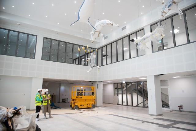 """Ponad 2 tysiące pomieszczeń na 30 tysiącach metrów kwadratowych - tak w skrócie można opisać to, co docelowo znajdzie się w powstającym obecnie Wielkopolskim Centrum Zdrowia Dziecka. Budynek z zewnątrz jest już gotowy, a w środku trwają ostatnie prace. Sale i pozostałe pomieszczenia są w większości zrobione, zostały ostatnie prace wykończeniowe. W kolejnym etapie do szpitala przywieziony zostanie sprzęt i potrzebne meble. Przedstawiciele placówki zapowiadają, że Centrum zostanie otwarte wraz z końcem tego roku. Dziennikarze """"Głosu Wielkopolskiego"""" jako pierwsi mogli zwiedzić budynek w środku. Zobacz na zdjęciach, jak wyglądają wnętrza Wielkopolskiego Centrum Zdrowia Dziecka.Zobacz następne zdjęcie --->"""