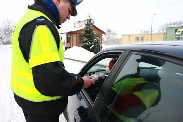 Policjanci kontrolowali trzeźwość kierowców w wielu miejscach.