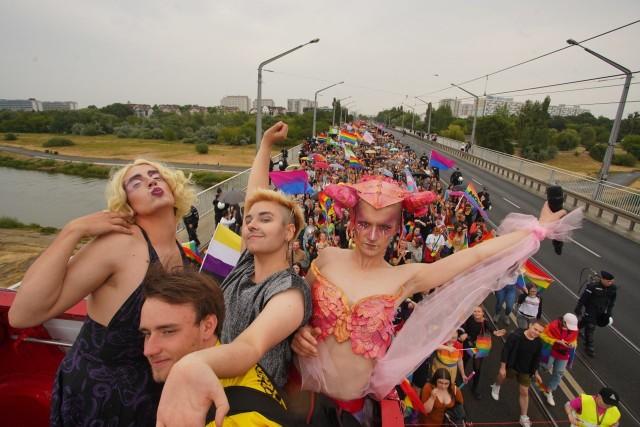 Tegoroczny Marsz Równości jest szesnastym w historii, który przechodzi ulicami Poznania. Rozpoczął się o godz. 14 w sobotę, 6 lipca na Moście Rocha. Poprzedził go Pride Piknik na Kontener Art w Starym Korycie Warty. Przejdź dalej i zobacz kolejne zdjęcia --->