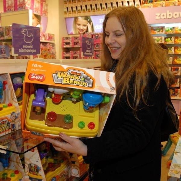 Dla mojego półtorarocznego synka najważniejsze jest, by w zabawce coś się świeciło i grało. A ja muszę mu wybrać taką zabawke, żeby nie zrobił sobie krzywdy - mówi Joanna Jędrzejak, którą spotkaliśmy w Smyku, gdy robiła świąteczne zakupy.