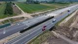 Autostrada A1 ma 4 km nowej betonowej jezdni Piotrków Trybunalski - Kamieńsk. Kierowcy mogą z niej korzystać od piątku 9 lipca 2021