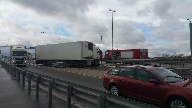 Wypadek na Kleeberga w Białymstoku. Tir zablokował drogę