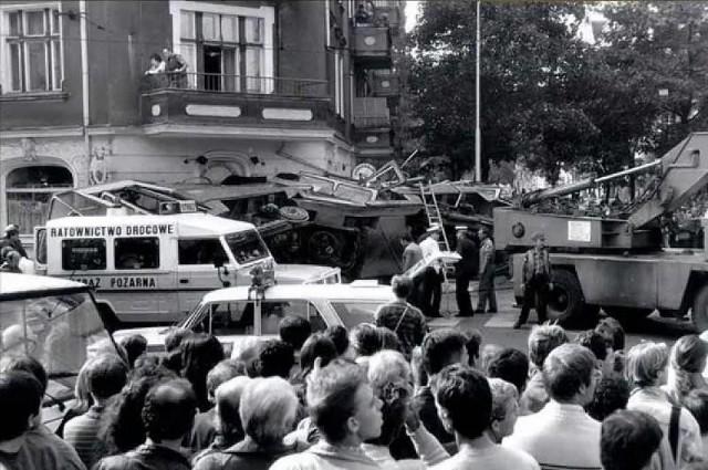 """- Pracuję już wiele lat w straży, ale takiego makabrycznego widoku nie pamiętam, wszędzie mnóstwo krwi, jęki, ciała leżące w rozmaitych pozycjach - wspominał na łamach """"Głosu Wielkopolskiego"""" jeden z ratowników. 28 lat temu - 8 września 1993 roku - doszło do największej katastrofy tramwajowej w Poznaniu. Przejdź dalej i sprawdź szczegóły --->"""