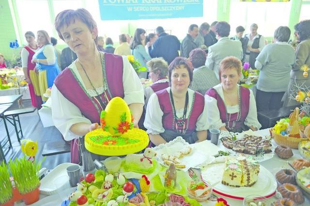 Świąteczne stoły nie tylko uginały się od dań i deserów, ale też pięknie się prezentowały. Na zdjęciu: Irena Liszka, przewodnicząca koła Związku Śląskich Kobiet Wiejskich w Dziedzicach pokazuje kunsztowną pisankę ozdobioną kolorowymi kwiatami z papieru i sznurkiem.