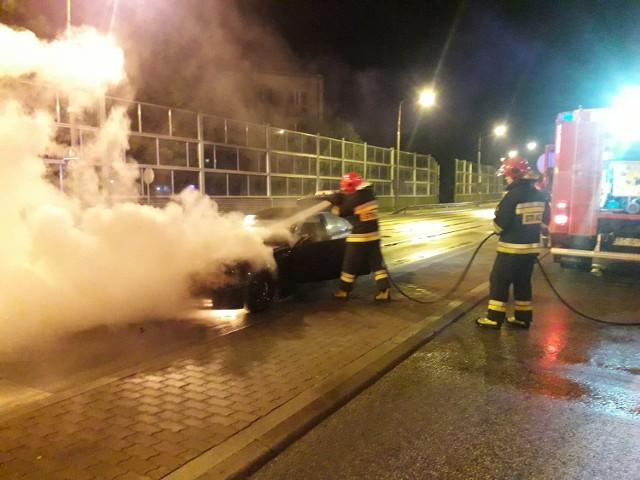 Pożar samochodu na wiadukcie w Skierniewicach wybuchł w sobotę, 12 maja, o godz. 1.20. Kierujący samochodem nie odniósł obrażeń.