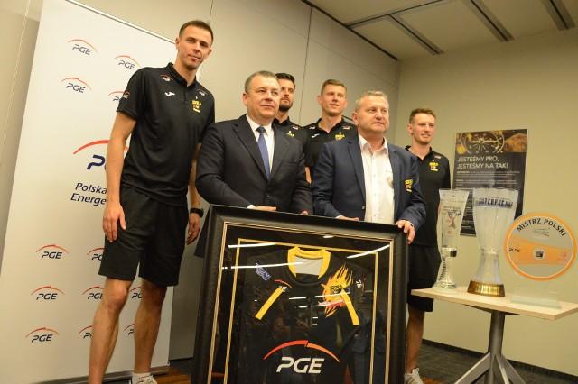 Mariusz Wlazły, prezes zarządu PGE Henryk Baranowski, Michał Winiarski, Radosław Kolanek, prezes klubu Konrad Piechocki i libero Kacper Piechocki