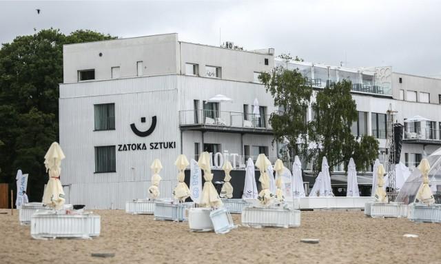 Sopocki MOSiR, który ma pod swoją pieczą miejskie plaże, pod koniec lipca br. wypowiedział Zatoce Sztuki umowę na dzierżawę fragmentu plaży. Przez konflikt z miastem Zatoka straciła ponad dwa miliony złotych