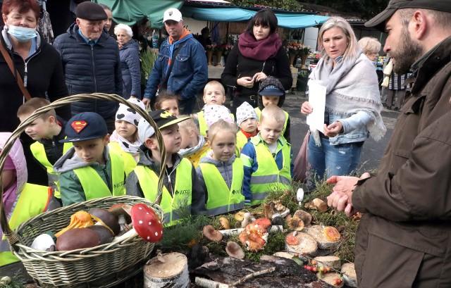 Pracownicy Sanepidu i Leśniczy Lasów Komunalnych, Mateusz Cieślakiewicz uczyli mieszkańców Grudziądza rozpoznawania gatunków grzybów występujących w naszych lasach. Z okazji skorzystały liczne grupy szkolne i przedszkolne.