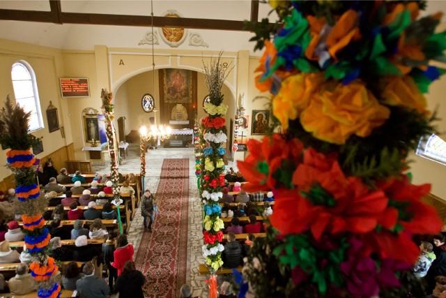 Niedziela palmowa 2020 będzie inna od wcześniejszych. Liczba wiernych w kościele jest ograniczona, dlatego msze święte są transmitowane online.