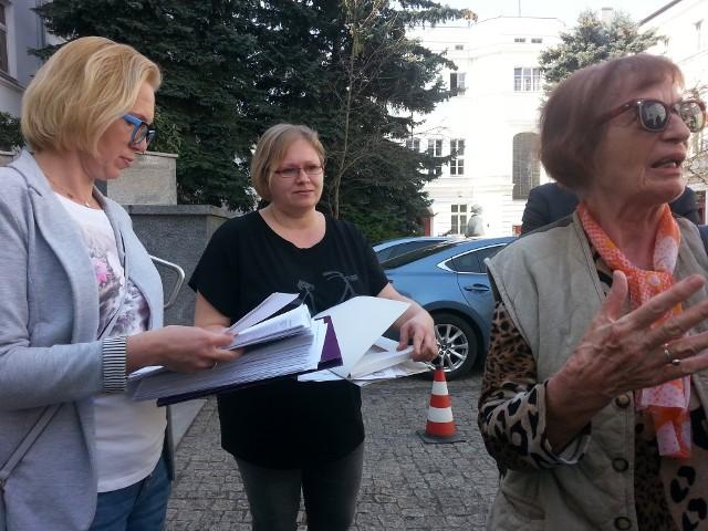 Organizatorzy akcji przynieśli petycję z podpisami w sprawie przywrócenia starej trasy autobusów linii 85.
